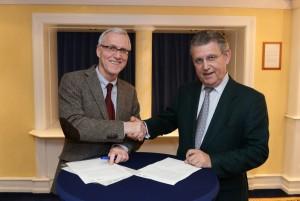 Ulrich Adlhoch - BIH (links) und Dr. Fritz Baur - bag-if (rechts) bei der Unterzeichnung am 23.10.2013