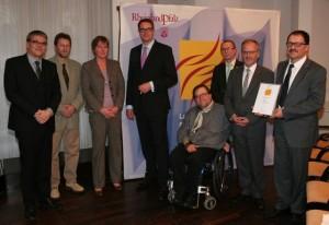 Strahlende Gesichter bei der Preisverleihung durch Staatsminister Alexander Schweitzer an die Delegation der CarMen gem. GmbH.