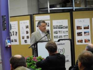 Der 1. Vorsitzende der bag-if, Herr Dr. Fritz Baur gratuliert zum 25-jährigen Jubiläum.
