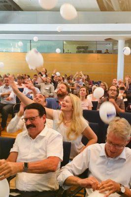 Publikum mit Ballons